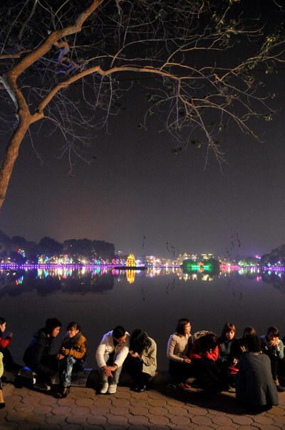 年轻人从一开始就聚集在湖边,观看烟火。