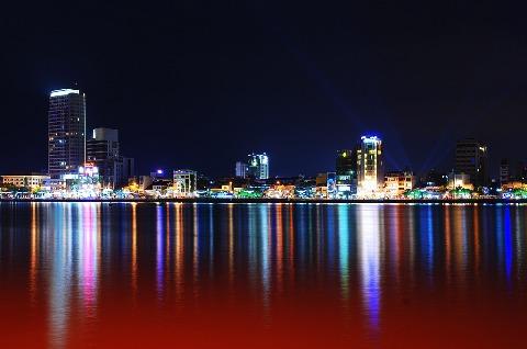 在西贡河的许多五颜六色的光