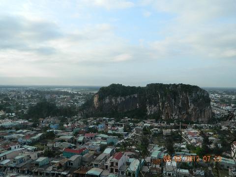 大笨钟山脚下的非Nuoc石雕村庄,岘港。