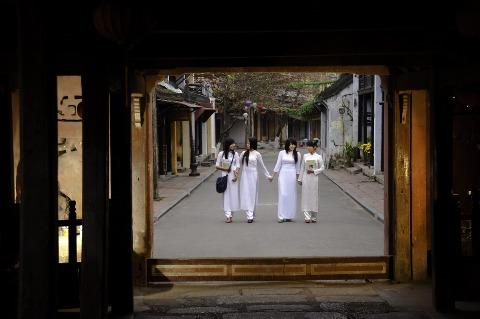 女学生去着名的圣殿桥