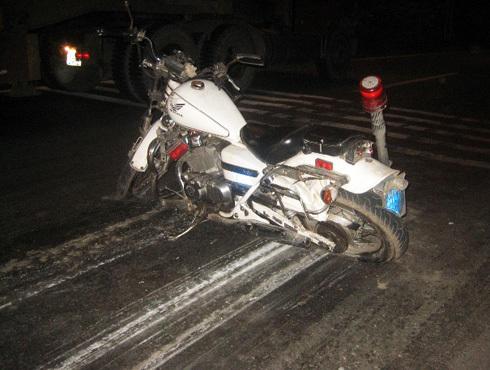 Môtô cảnh sát bị xe tải kéo lê đoạn, hư hỏng nặng. Ảnh: An Nhơn