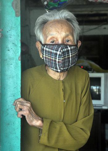 Nghia Thuong公社在An Dai 1村的人们日夜戴口罩,以减少住宅区附近的回收厂的恶臭。照片:Tri Tin。