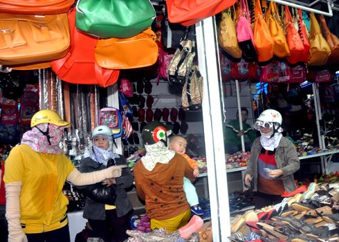 今天早上,小企业在Quang Ngai临时市场引发火灾的恐慌中惊慌失措。照片:Tri Tin。