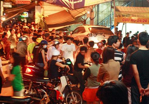 数百人目睹了一场悲惨的事故。照片:An Nhon