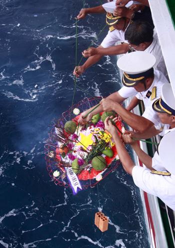 花卉释放仪式,纪念3月14日在Co Lin,Len Dao和Gau Ma岛地区的Truong Sa战役中牺牲烈士。照片:Nguyen Dong