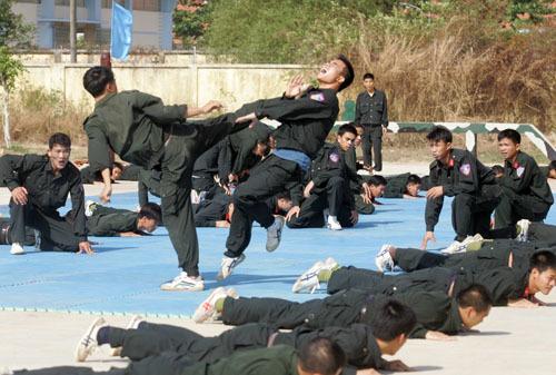 3月22日上午,流动警察指挥官举行了由朝鲜人民安全保护专家指导的为期4个月的军事和武术训练课程的闭幕式。
