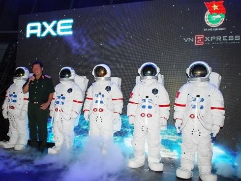 Trung tướng Phạm Tuân phát biểu cảm nghĩ về chiến dịch tại buổi họp báo.
