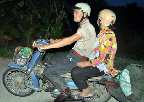 Cuong先生和他的妻子不得不从早上3点起醒来到岘港各省捕捉蚱蜢。照片:Nguyen Dong