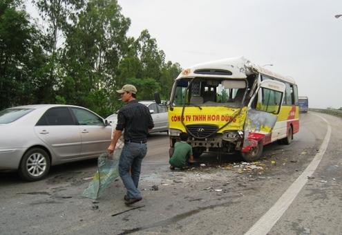 公共汽车侵占左侧车道的大部分。照片:Le Hoang