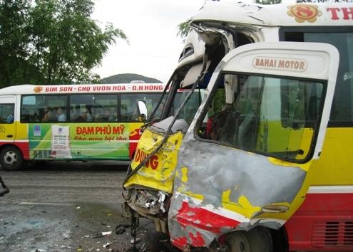汽车的车头发生故障,车门上下颠倒,方向盘向后踩中间的驾驶员,导致他受重伤。照片:Le Hoang