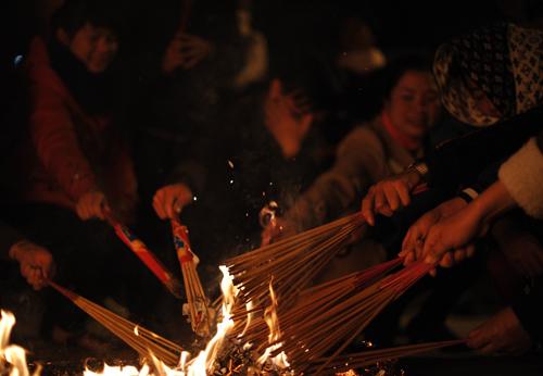 Nét độc đáo trong lễ hội này là ai cũng muốn xin lộc nhưng không hề xảy ra chuyện tranh giành, mọi người mọi người vun lửa cho nhau xin, người ở trong sẻ lửa cho người ở ngoài để thể hiện tình làng nghĩa xóm
