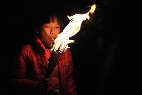 Theo quan niệm, đầu năm xin được lửa của đình về nhà thì cả năm gia đình sẽ gặp nhiều may mắn!