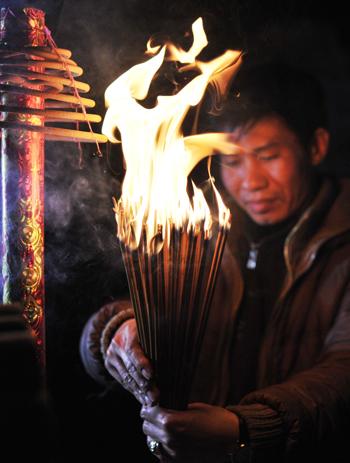 Ông Phùng Gia Trọng, trưởng Ban Tổ chức lễ hội thắp hương xin với các cụ cho con cháu trong làng được xin lửa đình về nhà