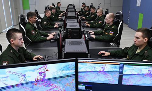 Quân nhân Nga sử dụng máy tính tại đơn vị. Ảnh: RIA Novosti.