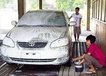Dùng chất rửa chuyên dùng cho ôtô là cách bảo vệ tốt nhất. Ảnh: Hoàng Hà.