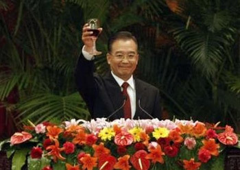 China's Premier Wen Jiabao makes a toast at a reception marking the 58th anniversary of China at the Great Hall of the People in Beijing September 30, 2007. China celebrates its National Day on October 1. REUTERS