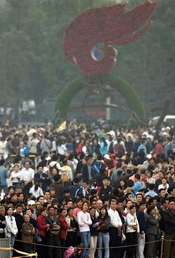 Chinese visitors to the Tiananmen Square gather to watch guests' arrival for a National Day reception at the Great Hall of the People in Beijing, China, Sunday, Sept 30, 2007. Authorities have tightened security in the area ahead of a reception for the Oct 1 National Day celebrations. (AP