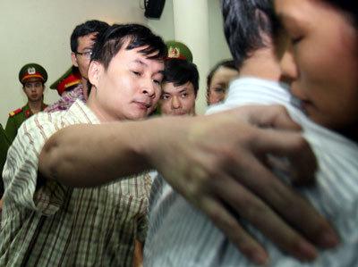 Nguyễn Văn Hải chia sẻ với ông Việt Chiến. Ảnh: Thanh Tâm
