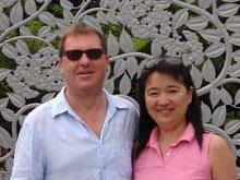 Ingram và Lin, hai hành khách bị vướng vào chiêu lừa ở sân bay Bangkok. Ảnh: BBC.