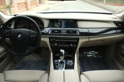 Nội thất thiết kế hài hòa và chất liệu da đặc trưng của BMW.