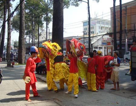 Một nhóm lân vừa xuống xe chuẩn bị biểu diễn.