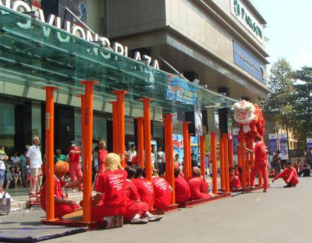 Chuẩn bị biểu diễn Mai Hoa Thung tại Hùng Vương Plaza.