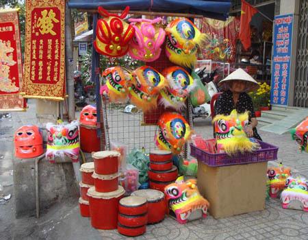 Đầu lân nhỏ được nhiều người mua cho con trẻ chơi tại nhà cũng là một cách đem lại may mắn trong năm mới.