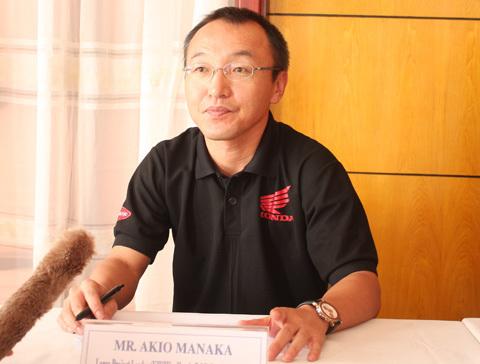 Ông Akio Manaka, trưởng nhóm dự án của Trung tâm nghiên cứu Honda R&D Đông Nam Á cho biết Wave RSX AT sử dụng bình dầu bôi trơn 1 lít, độ bền của dây đai truyền động là 24.000 km. Do thiết kế kiểu xe số, động cơ nằm phía trước và mở nên không cần sử dụng làm mát bằng dung dịch. Ảnh: T.N.