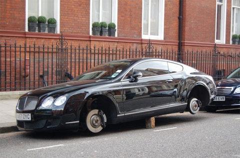 Bentley Continental GT Speed mất bánh trên đường phố London