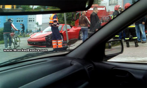 Ferrari 458 Italia đầu tiên gặp nạn.
