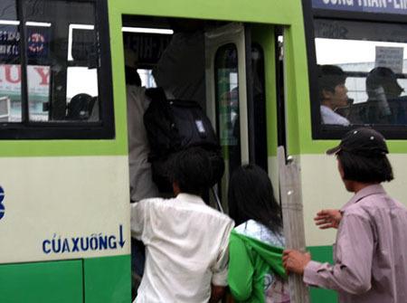 Cảnh chen lấn lên xuống của xe buýt tuyến 19 ở trạm qua ngã tư Bình Triệu thường mà bọn