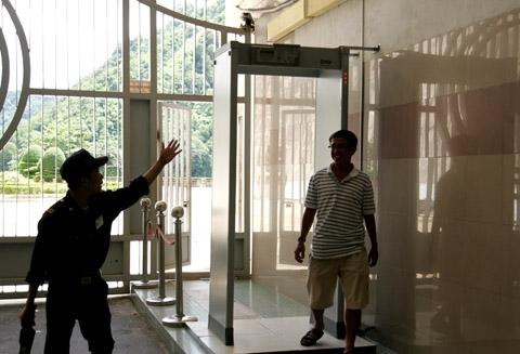 Người thăm quan mua vé 15.000 đồng vào thăm quan nhà máy phải bước qua hệ thống an ninh nghiêm ngặt.