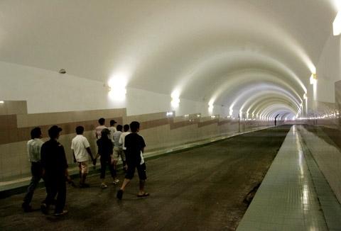 5-6- Đường hầm dẫn vào 4 tổ máy với chiều dài 330 m với hệ thống ánh sáng luôn hoạt động.