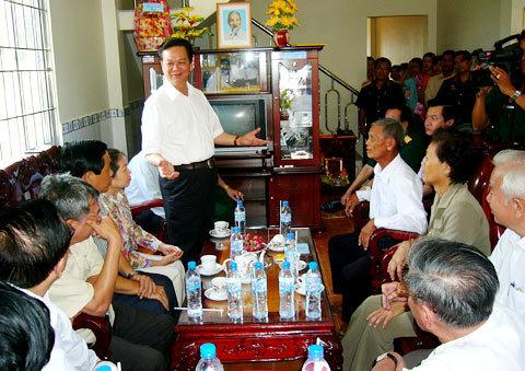 Thủ tướng Nguyễn Tấn Dũng kể chuyễn Tư Kiên tải thương bằng cối giã gạo./.Ảnh: Thiên Phước