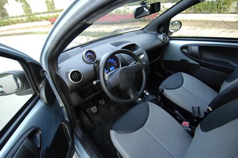 Nhờ copy thiết kế của Toyota nên nội thất hài hòa và thoáng.