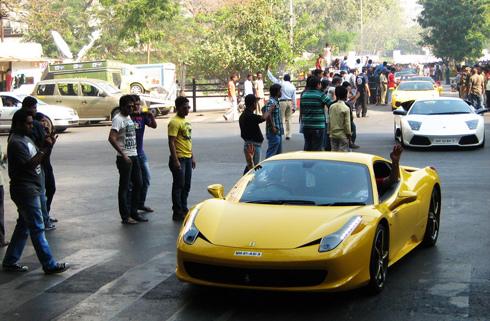 Chiếc Ferrari 458 Italia dẫn đầu đoàn siêu xe tại Mumbai. Giá 458 Italia hoàn toàn mới tại Ấn Độ vào khoảng 422.000 USD.