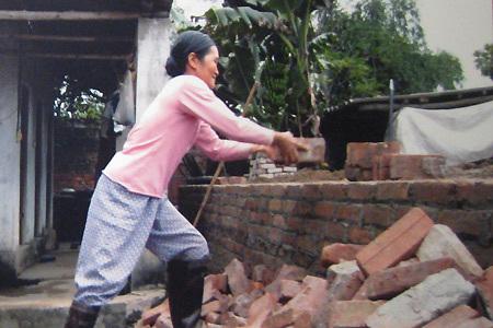Chị Bình tự xây nhà.