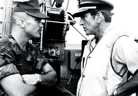 Hai cha con Zumwalt tại chiến trường Việt Nam. Ảnh nhân vật cung cấp.