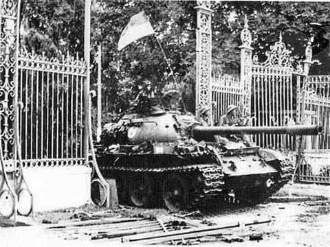 Xe tăng quân giải phóng húc đổ cổng Dinh Độc lập ngày 30/4.