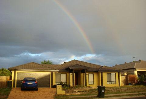 2. Một căn nhà lặng lẽ sau cơn mưa chiều. Khi trời mưa ở Brisbane rất dễ bắt gặp cầu vồng đôi, khung cảnh rất đẹp. Những khu dân cư tĩnh lặng như vậy chiếm phần lớn diện tích đô thị của Brisbane.