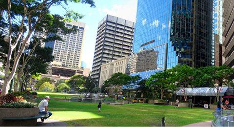 Bên trong khu vực Brisbane CBD, mặc dù xung quanh có nhiều nhà cao tầng nhưng ở đây vẫn có những công viên rất lớn.