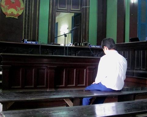Một mình trong giờ nghị án. Ảnh: Vũ Mai