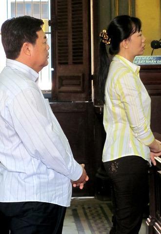 Quan huyện Nguyễn Văn Khỏe và nữ đại gia. Ảnh: Vũ Mai