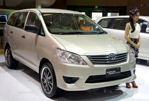 Innova 2012 với phần mũi khá giống Camry.