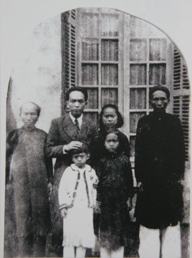 Sinh ra bên dòng sông Kiến Giang (huyện Lệ Thủy, Quảng Bình), Võ Nguyên Giáp là người sớm đến với con đường cách mạng.