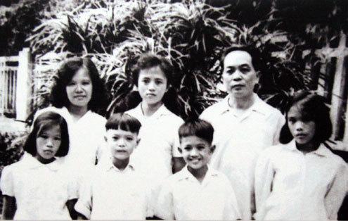 Vợ chồng Võ Nguyên Giáp - Đặng Bích Hà cùng 5 người con: Võ Hồng Anh, Võ Hạnh Phúc, Võ Điện Biên, Võ Hồng Nam và Võ Hòa Bình (1963).