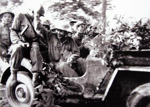 Đại tướng chào những đoàn quân thắng trận Biên giới trở về (1950).