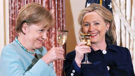 Nữ thủ tướng Đức Angela Merkel và Ngoại trưởng Mỹ Hillary Clinton trong bữa tiệc ở Bộ Ngoại giao Mỹ hồi tháng 6. Ảnh: AP.