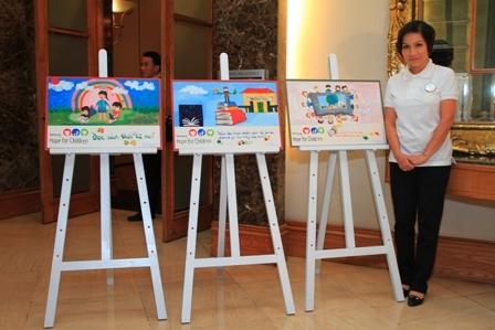 Ca sĩ Mỹ Linh chụp hình lưu niệm tại buổi họp báo.