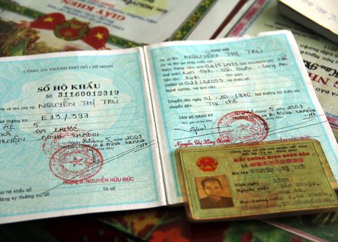 Giấy chứng minh và sổ hộ khẩu gia đình ghi rõ bà sinh năm 1893. Ảnh: Thi Ngoan.